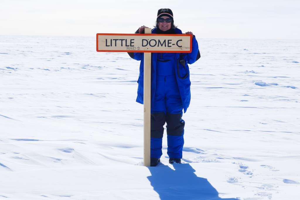 Catherine Ritz, glaciologue à l'Institut des géosciences de l'environnement de Grenoble, également coordinatrice scientifique du projet Beyond Epica, se tient derrière le panneau planté symboliquement à Little Dome C, site retenu pour le forage. © Catherine Ritz