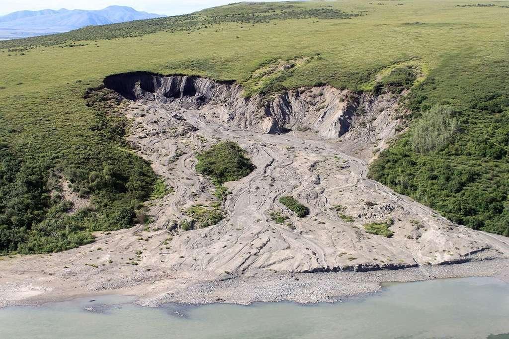 Le pergélisol désigne le sol de la toundra gelé pendant au moins deux années d'affilée. Outre les émissions de gaz à effet de serre, les conséquences de sa fonte incluent également des glissements de terrain (comme ici dans la Réserve nationale de Noatak en Alaska), l'effondrement des routes, le déracinement des arbres, etc. © NPS Climate Change Response, CC by 2.0