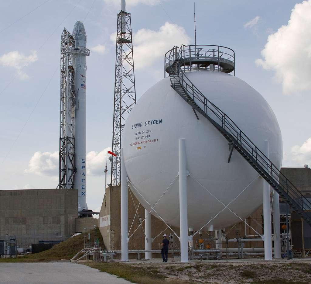 Le lanceur Falcon-9 sur son pas de tir quelques jours avant son lancement à destination de l'ISS pour sa mission de démonstration (SpxD, mai 2012). © SpaceX