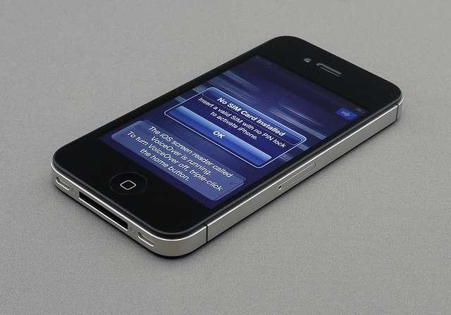 L'iPhone 4S est le dernier modèle de la gamme, sous iOS 5. Cette version du système a apporté des améliorations ergonomiques et surtout un nouvel assistant vocal, Siri. © Brett Jordan CC