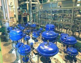 Cliquez pour agrandir. Une partie du système cryogénique du LHC avec ce qu'on appelle des boîtes froides. Crédit : Cern