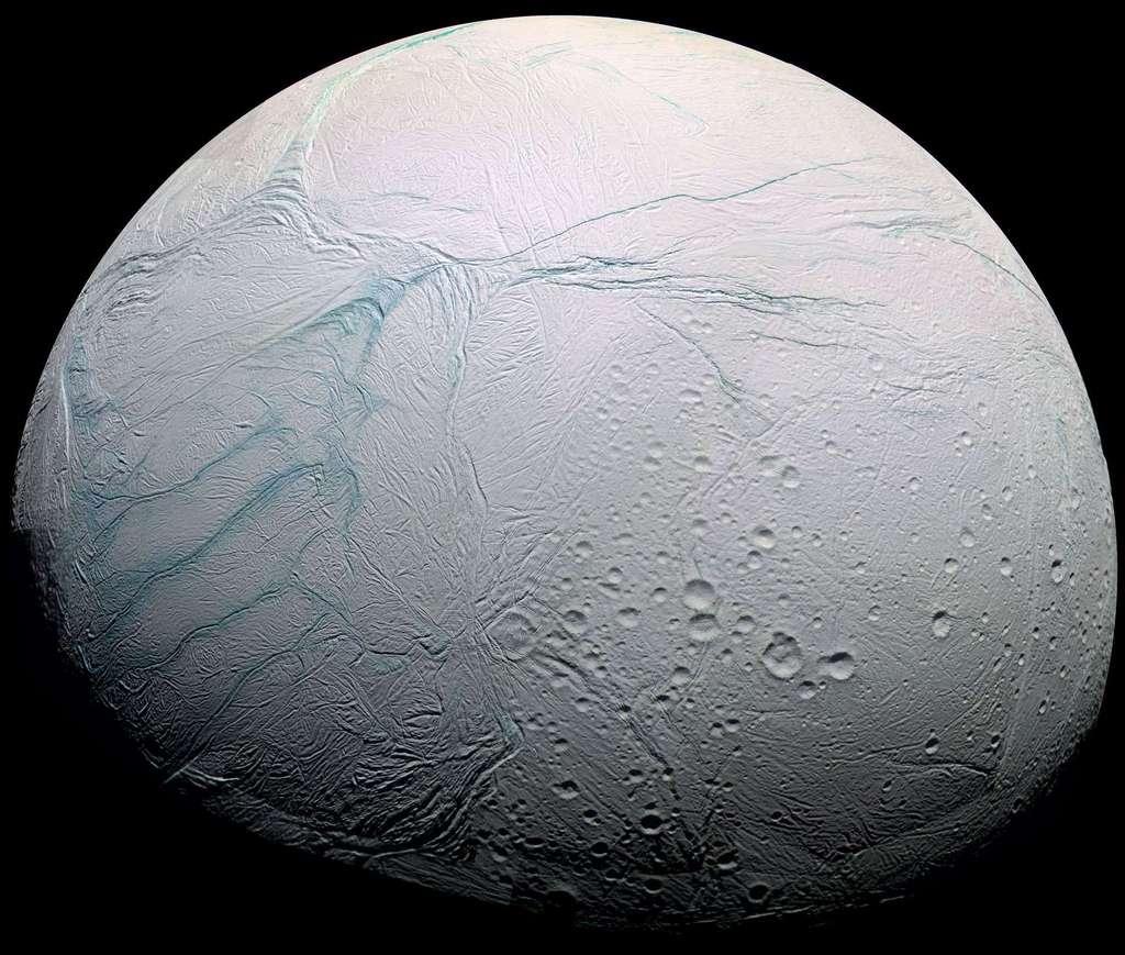 La lune de Saturne, Encelade, contiendrait de l'eau sous sa surface glacée. © Nasa