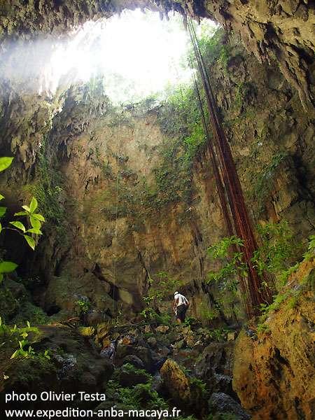 Dans le gouffre perdu. La majorité des grottes découvertes sont des puits verticaux et plongent pour certains à plus de 100 m. © Olivier Testa