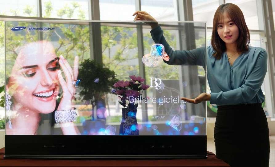Samsung affirme que son écran Oled transparent est beaucoup plus performant que les modèles existant basés sur la technologie LCD. Il offre un taux de transparence de 45 % et une gamme de couleurs de 100 % selon les normes NTSC. © Samsung Display
