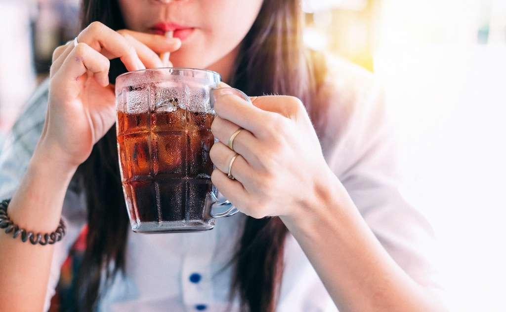 L'allergie au froid est parfois déclenchée par l'ingestion d'une boisson glacée. © Anusorn, Adobe Stock