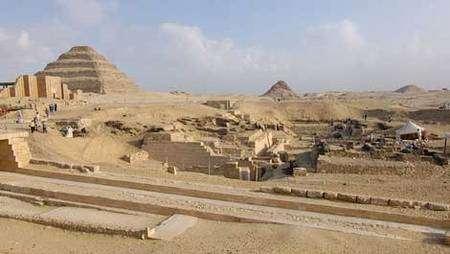 Découverte archéologique : des tombeaux du temps des pyramides en 2006. © Photos Christian Décamps / Mission archéologique du Louvre à Saqqara
