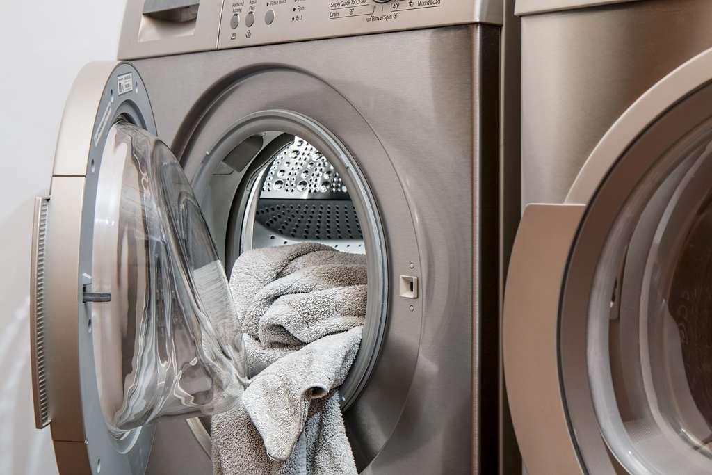 Les lave-linges à hublot sont souvent privilégiés pour leur capacité plus importante. © Pixabay