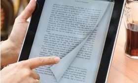 La métaphore papier (tourner les pages) est très présente dans le livre numérique, notamment dans iBooks 2 qui enrichit d'éléments multimédias les livres. © ElectronLibre.info