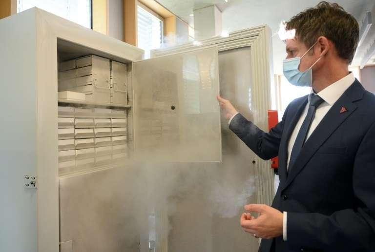 Peter Wimmer, le vice-président de l'entreprise Binder, ouvre un « super-congélateur » fabriqué par sa société, à Tuttlingen, dans le sud de l'Allemagne, le 24 novembre 2020. © Thomas Kienzle, AFP, Archives