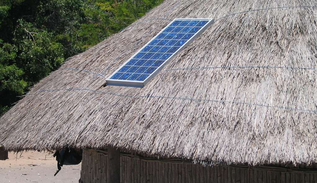 Les panneaux solaires peuvent être installés sur les toits des habitations. © cotrim, Pixabay, CC0 Creative Commons