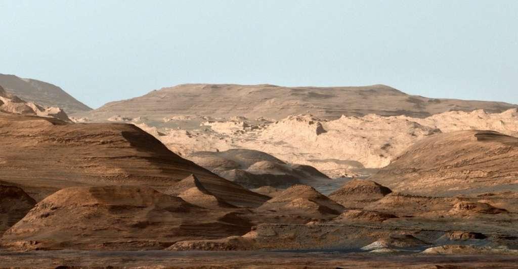 Image composite — en fausses couleurs — de formations sur le mont Sharp. Les données du rover de la Nasa suggèrent que la région a été le théâtre, par le passé, de méga-inondations. © Nasa, JPL-Caltech