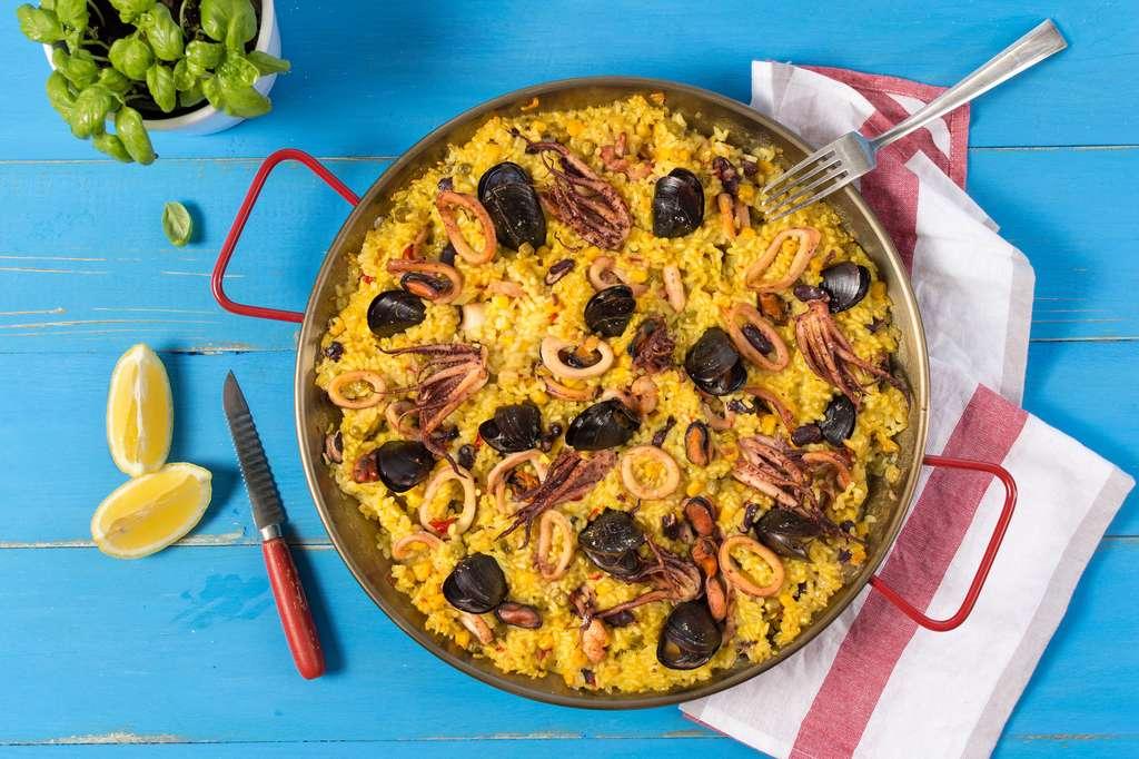 Aujourd'hui, et surtout en France, la paëlla se compose de riz safrané, de petits pois, de poivron, de poulet, de gambas, de moules, d'encornets, de poulpe et de quelques rondelles de citron. © Victority, fotolia