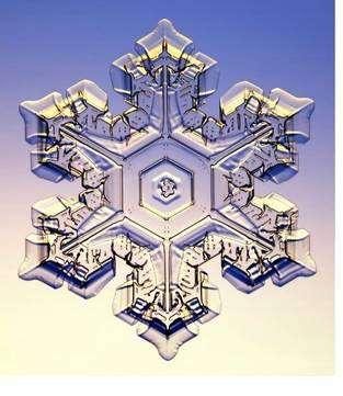 Un cristal de glace hexagonal. Cliquer sur l'image pour l'agrandir. Crédit : cosmicastronomy.com