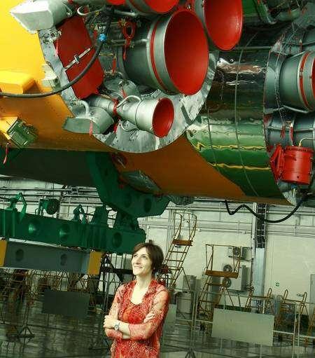 Nathalie Pottier sous les moteurs de la fusée Soyouz. Crédit Photo Nathalie Pottier