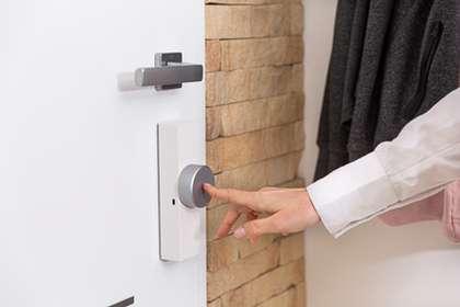 La serrure intelligente Door Keeper est équipée de capteurs «Time of Flight» qui restituent l'état de la porte à tout moment et en temps réel. La technologie IntelliTag permet quant à elle d'alerter le propriétaire avant même qu'un intrus ait pu pénétrer dans la maison. © Somfy