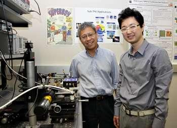 Kenneth O (à gauche) avec Dae Yeon Kim, l'un des chercheurs de l'équipe qui a mis au point cette technologie particulière basée sur les rayons T, qui, connectée à un téléphone portable, permet de voir à travers les objets. Toutefois, pour éviter toute polémique, lors de leurs expérimentations, l'équipe a bridé la portée du rayon à environ 10 centimètres. © DT-Dallas
