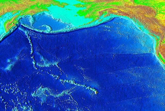 Une carte de la topographie des fonds marins de l'océan Pacifique montre bien la chaîne de volcans formée par la remontée de panaches de matière chaude dans le manteau en dessous de la plaque Pacifique, en mouvement au cours des millions d'années. Le dernier volcan est à Hawaï. © National Geophysical Data Center/USGS
