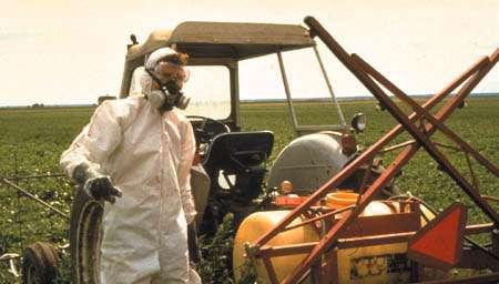 Toxicité pesticide et tenue de traitement indispensable ! © Toute reproduction et utilisation interdites