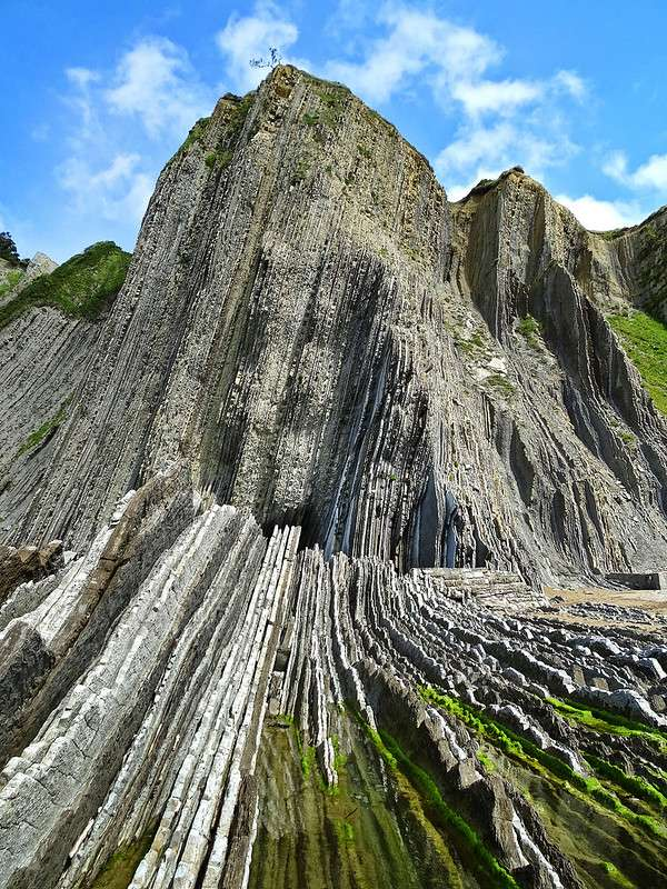 Flyschs de Zumaia, Côte Basque espagnole, verticalisé par les processus tectoniques. © A Sparrow at Home, Flickr
