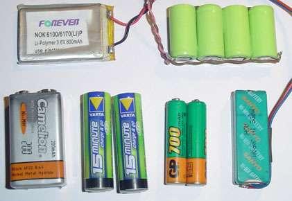Tous les candidats participant à un tournoi de robots minisumos doivent posséder plusieurs jeux de batteries bien chargées pour les phases finales du concours, sans oublier le chargeur de batteries adapté. © Frédéric Giamarchi