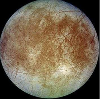 Europe, satellite de Jupiter. Un océan d'eau liquide se cache sans doute sous sa croûte de glace. © DR