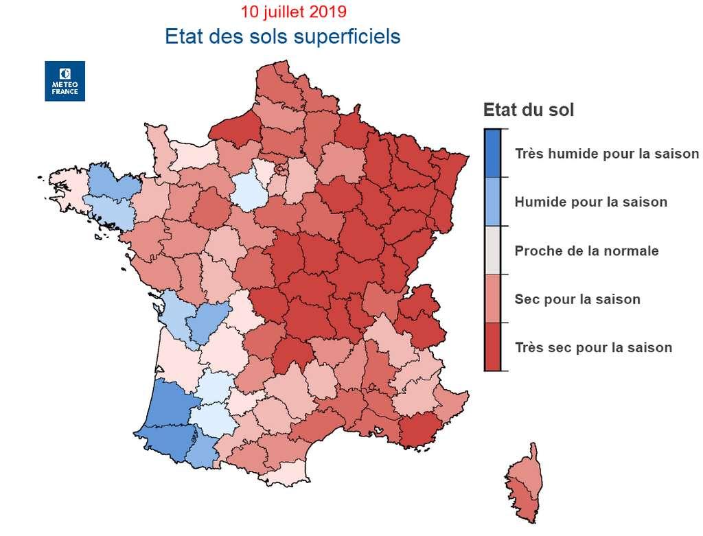 Les sols superficiels sont en grave déficit hydrique sur un large quart nord-est et localement en région PACA. © Météo France