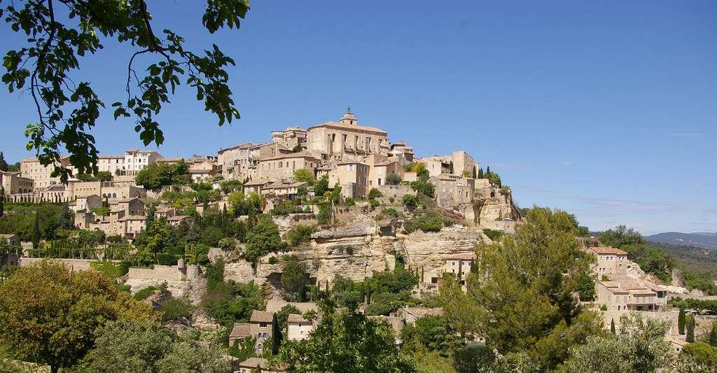 Vue de Gordes un village perché sur un rocher. © Kiwi05, Wikimedia commons, CC by-sa 4.0