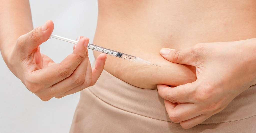 Quelles sont les causes et conséquences du diabète de type 1 ? Ici, une jeune femme se faisant une injection d'insuline. © NamtipStudio, Shutterstock