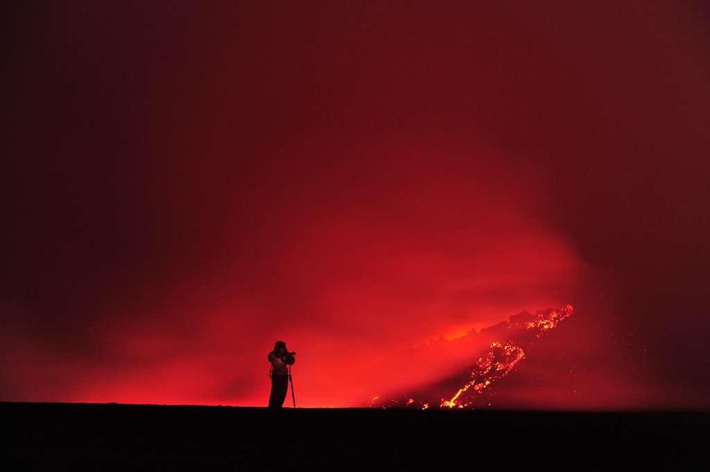 En 2010, la première phase éruptive du volcan islandais Eyjafjöll a été effusive, puisque marquée par l'apparition d'une vingtaine de fontaines de lave. En revanche, la deuxième phase éruptive a été explosive. Le contact du magma avec de la glace a provoqué des explosions ayant projeté de la vapeur, divers gaz et des matériaux magmatiques jusqu'à plusieurs kilomètres d'altitude. © michi_s, Flickr, CC by-nc-nd 2.0