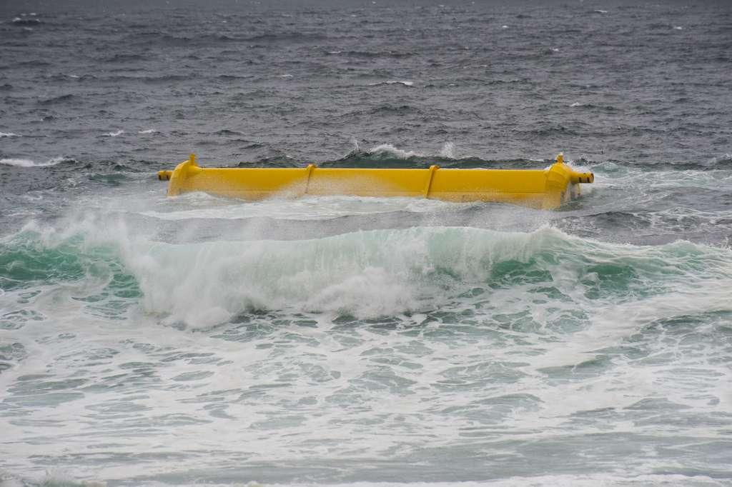 Puisqu'il dépasse à peine de l'eau, le système houlomoteur Oyster 800 a peu d'impact visuel sur les paysages. © aquamarinepowerltd, Flickr, DR