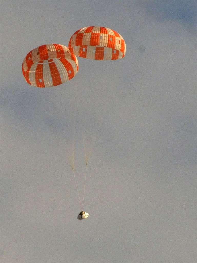 Avec deux parachutes principaux déployés au lieu de trois, la capsule Orion a tout de même réalisé une très bonne descente dans l'atmosphère. Elle s'est posée sans dommage apparent. © Nasa