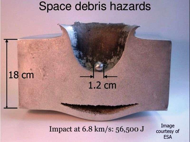 Une image montrant l'impact hypervéloce d'une bille d'aluminium. La cible est elle-même en aluminium. En fait, beaucoup de satellites ne seraient pas victimes d'impacts aussi violents. © Esa