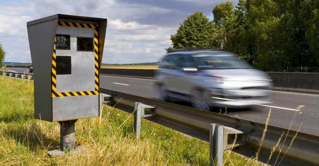 Le radar routier est un radar Doppler qui sert à mesurer la vitesse des véhicules en circulation. © sdecoret, Fotolia