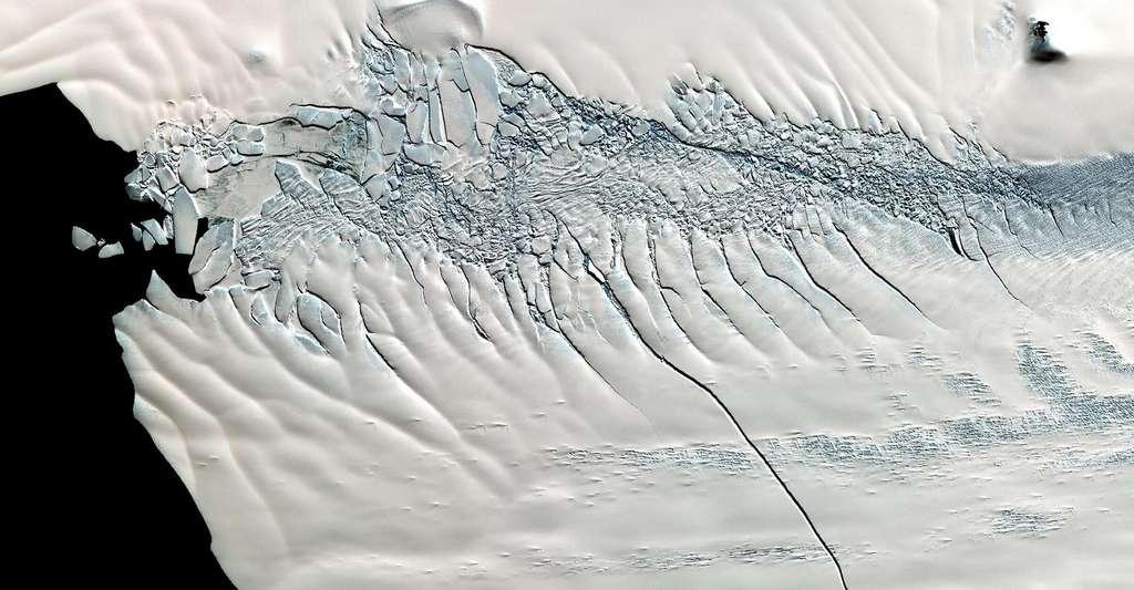 À l'époque de l'Eémien, la Terre a connu un réchauffement, +2 °C au-dessus du niveau préindustriel, contre +1 °C aujourd'hui, résultant de légers changements dans son orbite et son axe de rotation. Ici, une fissure de 30 kilomètres sur le glacier Pine Island. © Nasa/GSFC/Meti/ERSDAC/Jaros, and U.S./Japan ASTER Science Team