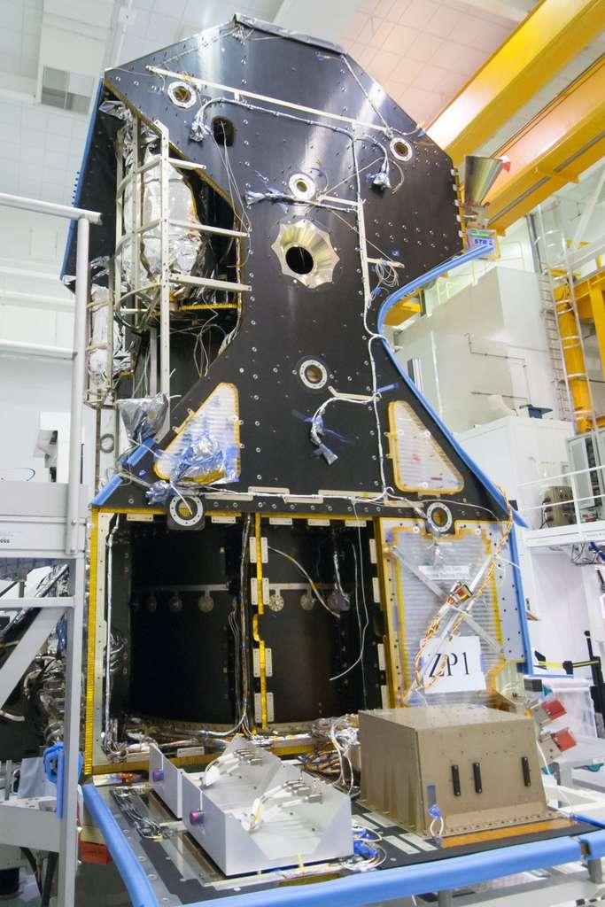 Les réservoirs d'hélium, un des calculateurs du satellite et l'emplacement (le trou au milieu du satellite) d'un des deux panneaux solaires. Plus précisément, il s'agit de l'emplacement dans lequel sera monté le mécanisme d'orientation du panneau solaire. Voir la suite dans le texte. © Rémy Decourt