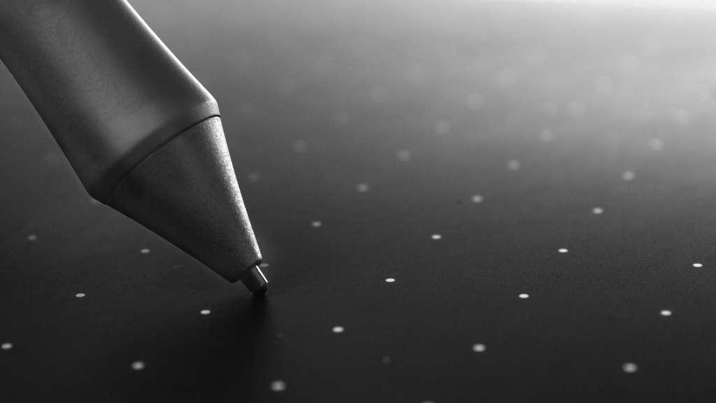 Par la pointe d'un stylo, le signal est transmis au programme graphique du PC. © golubovy, Adobe Stock