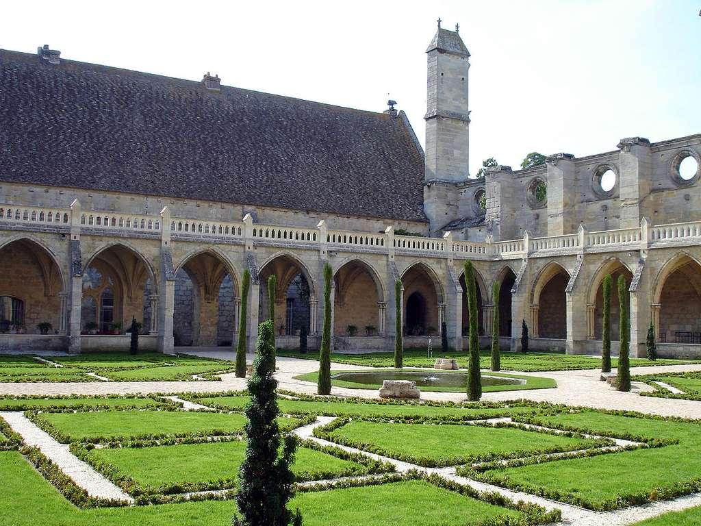 La galerie ouest du cloître et le bâtiment des convers de l'abbaye de Royaumont, dans le Val-d'Oise.