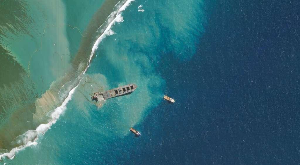 Fin juillet 2020, le navire Wakashio s'est échoué au large de l'île Maurice et, malgré les efforts des autorités, environ 800 tonnes de fioul se sont déversées dans l'océan (août 2020). © 2020 Planet Labs, Inc.