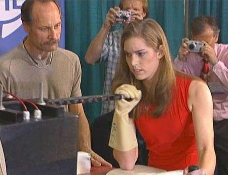 Panna Felsen, frêle étudiante de 17 ans, remporte, en 2005, le premier concours de bras de fer entre un être humain et un robot, organisé par le JPL à San Diego. En tant que muscles artificiels, les polymères électroactifs ont encore des progrès à faire... © JPL