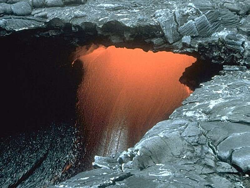 Un tunnel de lave dont le plafond c'est partiellement effondré à Hawaï, formant ce qu'on appelle une lucarne. © USGS