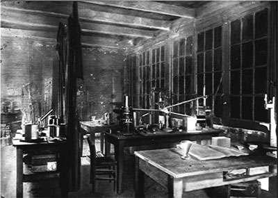 Le laboratoire de physique des Curie (on reconnaît au centre de la photo le « montage Curie » de mesure de la radioactivité) © ACJC