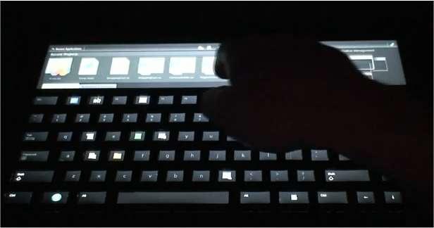 Sur le prototype montré par Microsoft, un écran aussi large que le clavier, tactile et multi-touche, affiche de larges icônes. On peut les faire défiler avec le doigt. Sur les touches, munies chacune d'un afficheur LCD, apparaissent éventuellement des options possibles. (Extrait de la vidéo diffusée sur YouTube.)