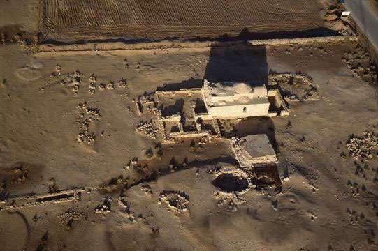 Les drones sont naturellement devenus une aide précieuse pour les archéologues : en survolant des zones d'accès difficiles, comme ici à Petra en Jordanie, ils aident à repérer des sites inexplorés et à préparer les missions. © Sarah Parcak