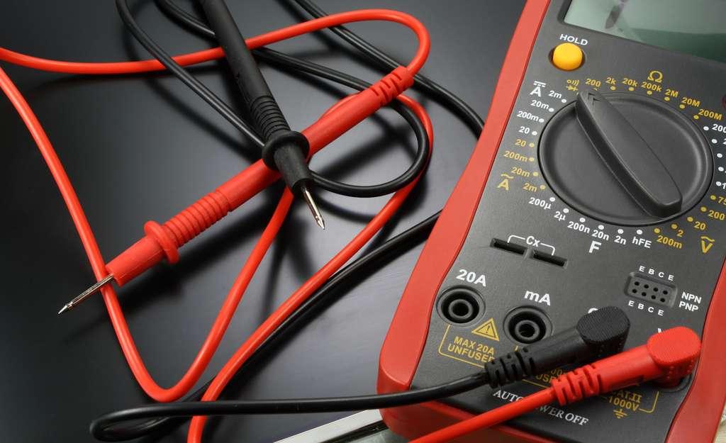 Les multimètres branchés en voltmètre donnent une indication en volt, de la tension qui existe entre deux points d'un circuit électrique. © Vladimir Zhupanenko, Fotolia