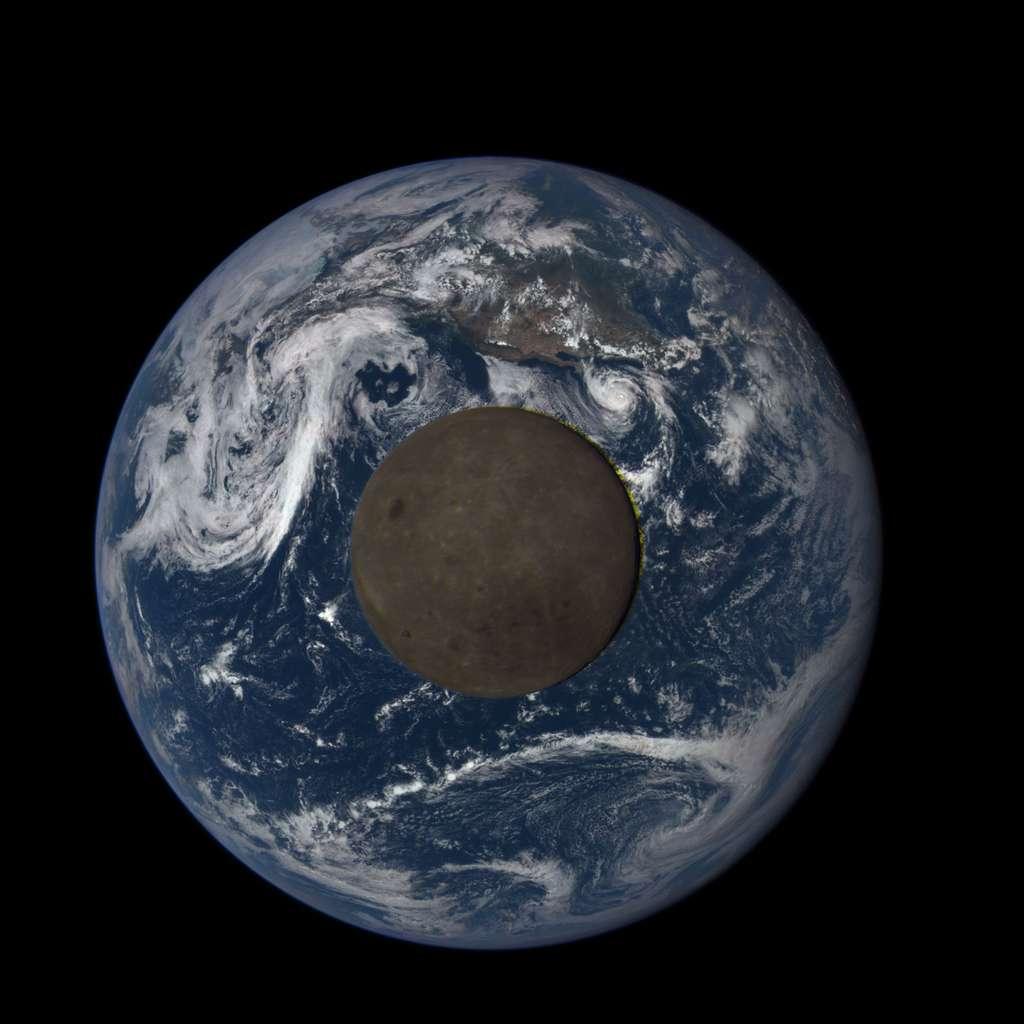 La Lune (et sa face cachée) en transit devant la Terre vue par le satellite DSCOVR. © Nasa