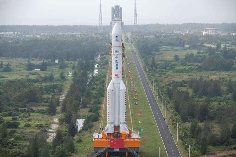 La fusée Long March 5 acheminée vers son pas de tir au centre spatial de Wenchang, dans le sud de la Chine, le 17 novembre 2020. © STR, AFP, Archives