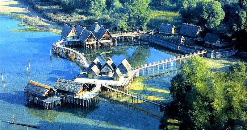 Certains villages néolithiques étaient construits sur pilotis, comme cette reconstitution de palafittes en Allemagne, sur le lac de Constance, près d'Unteruhldingen. © Spiridon Manoliu, Wikipédia, DP