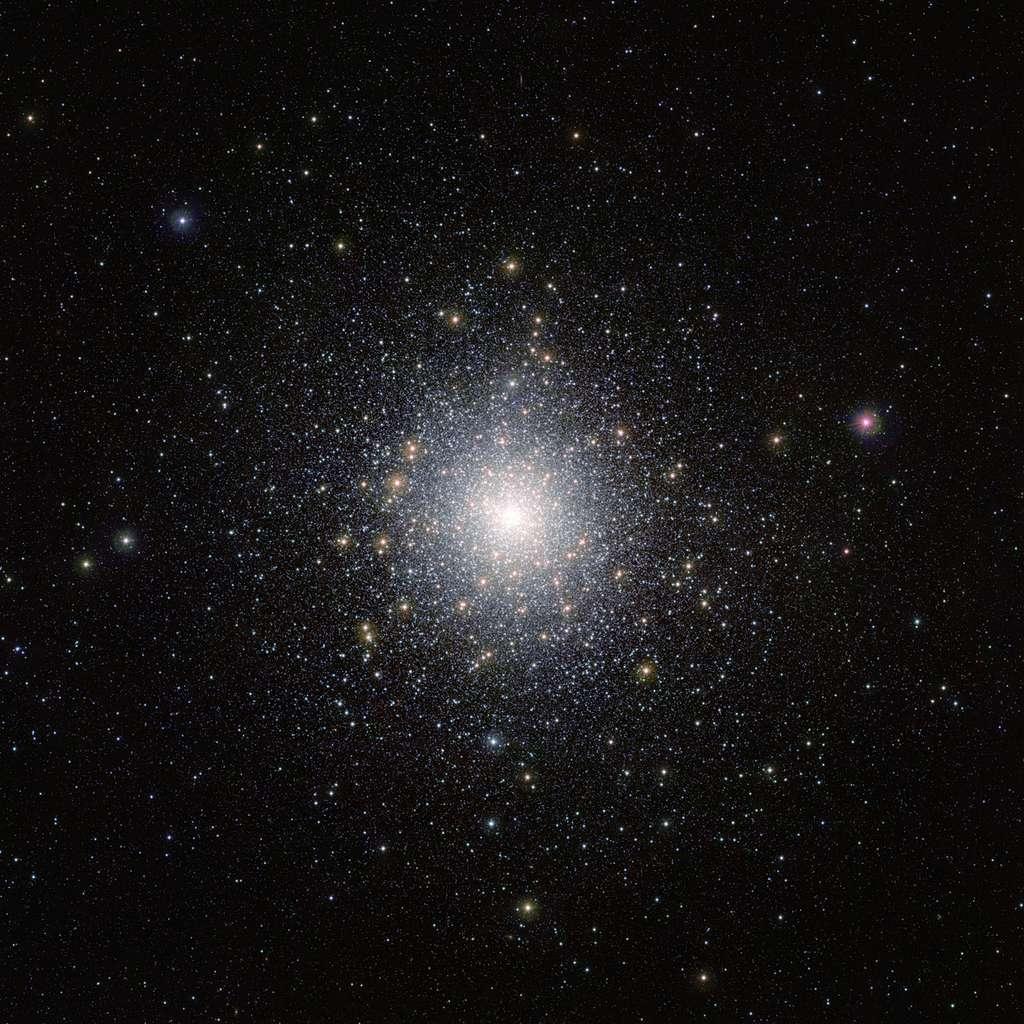 Cet amas lumineux d'étoiles est 47 Tucanae (NGC 104). Il se trouve à environ 15.000 années-lumière de la Terre, et contient des millions d'étoiles dont certaines très exotiques et peu communes. Cette image a été réalisée par le télescope Vista (Visible and Infrared Survey Telescope for Astronomy) de l'ESO, depuis l'observatoire de Cerro Paranal, dans le désert d'Atacama au Chili. © M.-R. Cioni, Vista Magellanic Cloud survey, ESO