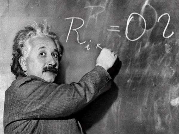 Albert Einstein devant ses équations de la gravitation dans le vide. Elles se réduisent à la nullité du tenseur de Ricci. © DR