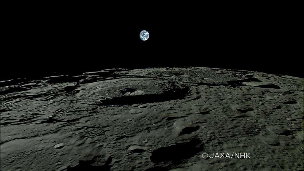 Lever de Terre vu depuis la Lune, au-dessus du cratère Plaskett